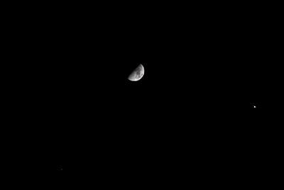 Mond im gleichschenkligen Dreieck mit Jupiter und Aldebaran