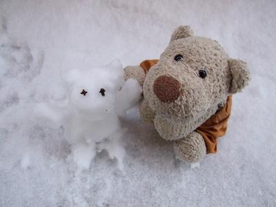 Kleiner Bär mit kleinem Schneemann
