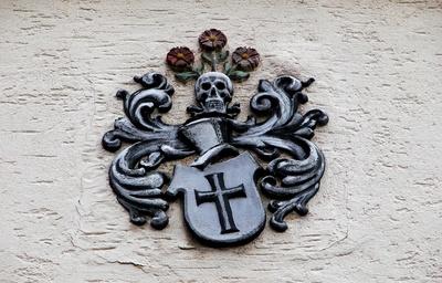 mittelalterliches Hauswappen mit Totenschädel