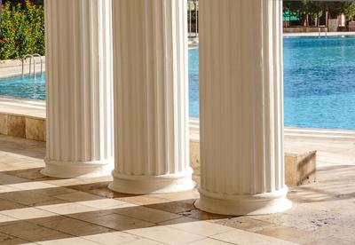 Mediterraner Klassiker - Marmor, Säulen, Wasser