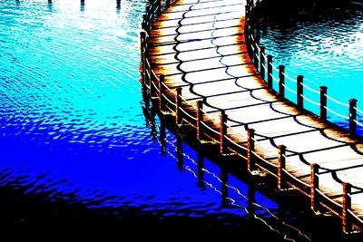 Farbenspiel mit Brücke und Wasser