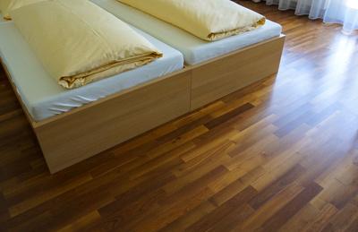 Hotelbetten und Parkettboden