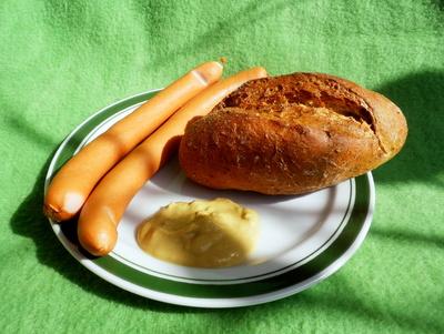 Wiener Würstchen mit Brötchen