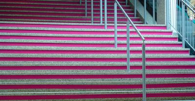 Aufgang mit pink
