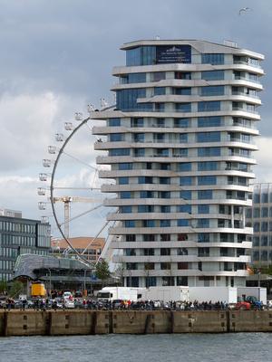 Hamburger Skyline mit Hafenfest