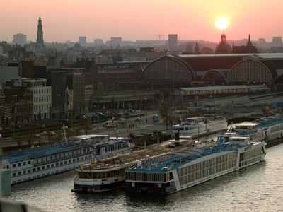 Amsterdamer Hafen im Sonnenuntergang