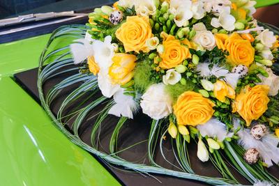 Hochzeits-Blumenschmuck gelb-weiss 2