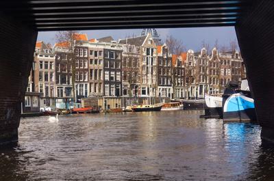 Amsterdam: Grachtenrundfahrt mit Brücke, Schiffen, Häusern