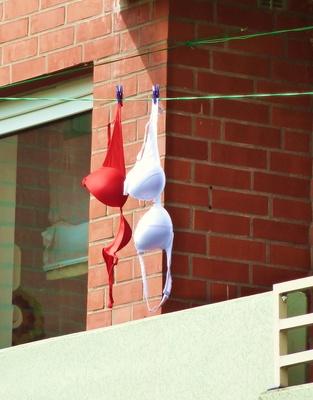Auf dem Balkon eines Senioren-Heims