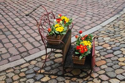 Ein Blumenbänkchen in der Altstadt