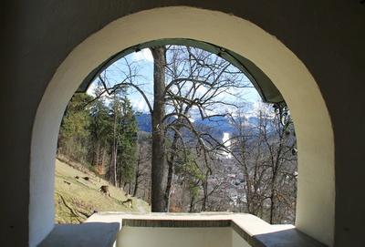 Blick durch die Klostermauer 01