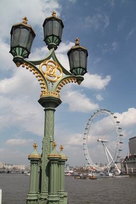 Tradition und Moderne – London Eye und alte Laterne