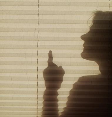 belerhende Frau mit erhobenem Zeigefinger