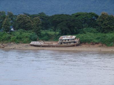 Laos, Schiffswrack am Mekong