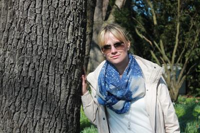 anlehnen am Baum