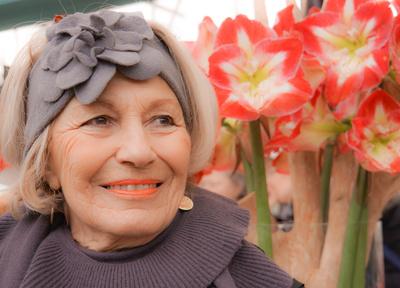 Seniorin mit Freude am Blütenparadies
