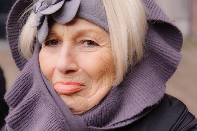 Seniorin mit warmer Kopfbedeckung