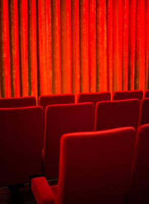 Kino Theater Bühne rot_hoch