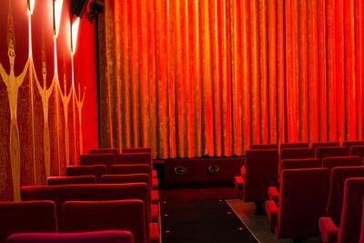 Kinosaal rot von hinten