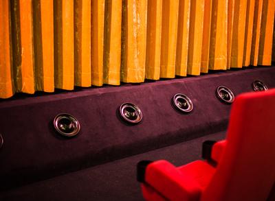 Kinosaal rot Lautsprecher Vorhang
