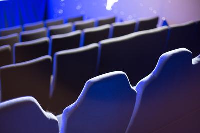 Kino-Sitzreihen  blau von hinten