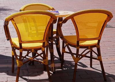 Drei Stühle in Gelb