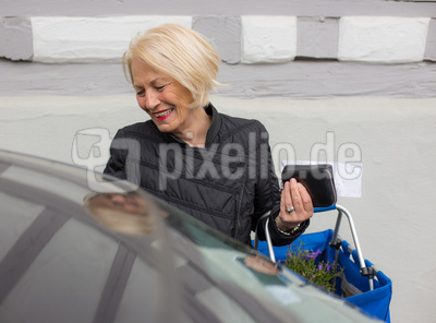 Seniorin fährt einkaufen