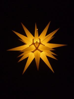 Leuchtender Stern im Dunkeln
