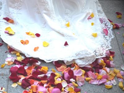 Brautkleid auf Blüten