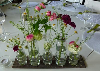 kostenloses foto tischdeko mit kleinen vasen. Black Bedroom Furniture Sets. Home Design Ideas