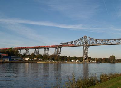 Eisenbahnbrücke Rendsburg mit Güterzug