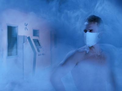 Mann vor icelab -110 °C die Kältekammer zur Ganzkörperkältetherapie (GKKT) bzw. Ganzkörperkälteanwendung (GKKA)