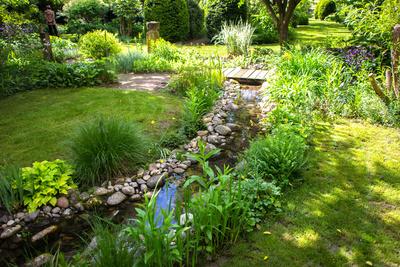 Gartenanlage mit Bachlauf und Brücke