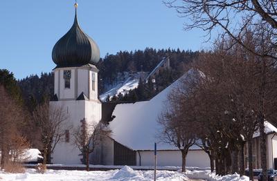 Hinterzarten mit Stadtkirche und Sprungschanzen