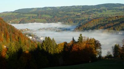 Alpenlandschaft im Morgennebel