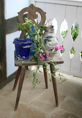 dekorierter alter stuhl..