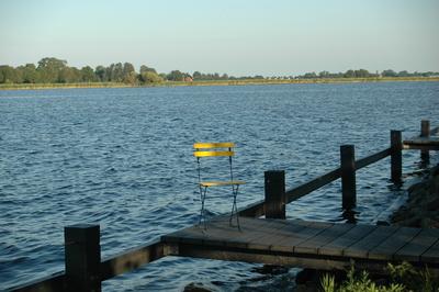Gelber Stuhl am See