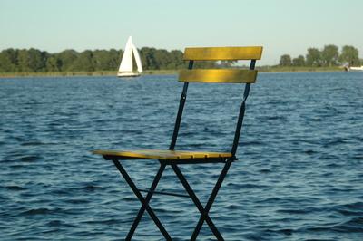 Gelber Stuhl am See IV