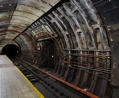 U-Bahn-Schacht mit Kabeln