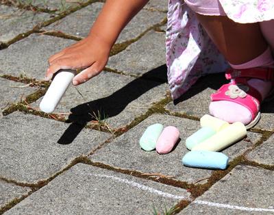 Mit Straßenkreide spielen