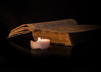 Buch im Kerzenschein