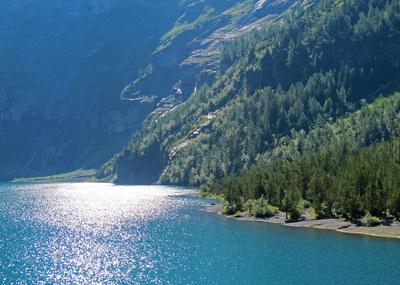 Bergsee im Gegenlicht