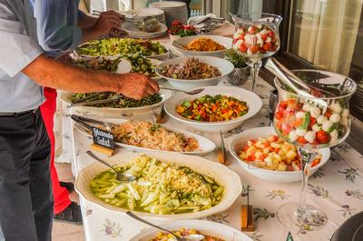 Am Salatbuffet