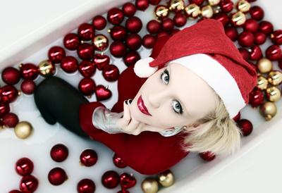 Frau mit Weihnachtsbaumkugeln