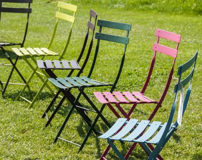 Gartenstühle - Sitzen in bunter Reihe