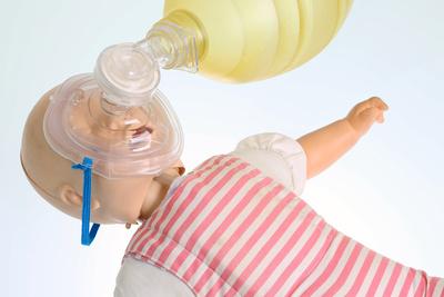 Beatmung einer Babypuppe