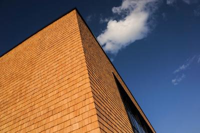 Sporthallen-Fassade mit Holzschindeln 4