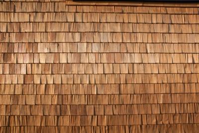 Sporthallen-Fassade mit Holzschindeln 2