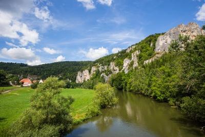 Donau-Idylle mit steilen Felsen