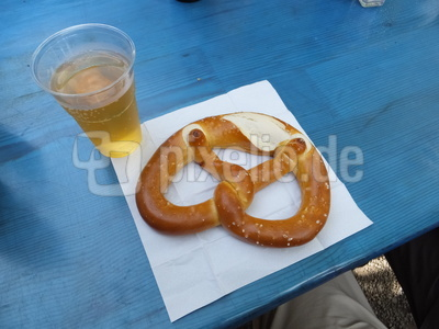 Bier und Laugenbretzel